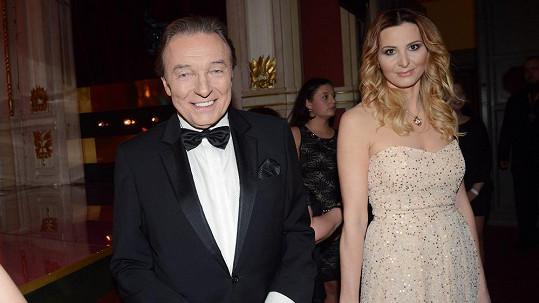 Ivana Gottová přišla s manželem Karlem Gottem ve volnějších šatech.