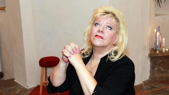 Marie Pojkarová při modlitbě