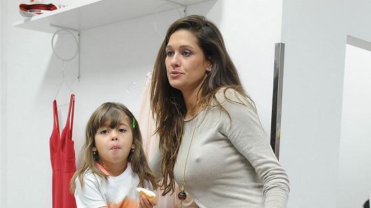 Petra s dcerou Adriankou. Opět bez podprsenky.