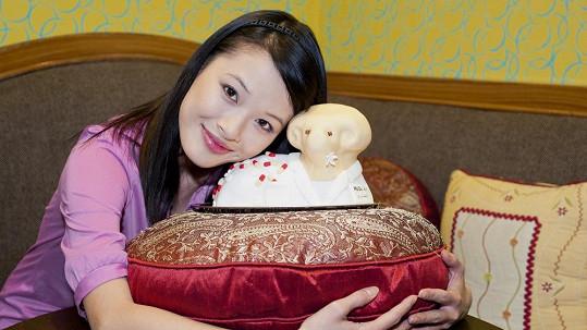 Ha Thanh Nguyen pózuje s velikonočním beránkem.