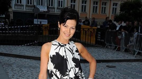 Jana Doleželová dělá, že je ve Varech sama.