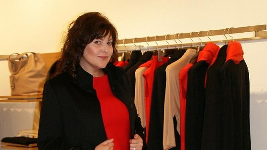 Ilona Csáková si v obchodě s módou vyzkoušela hned několik modelů.