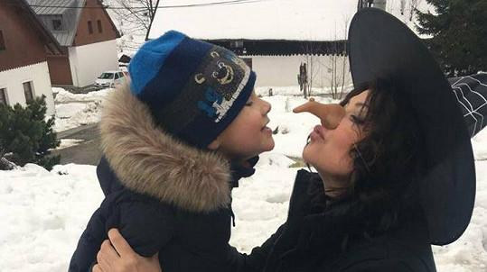 Eskymácko-čarodějnická pusa Ilony Csákové se synem Dominikem.