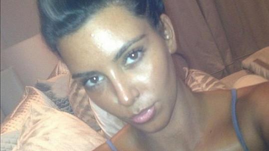 Kim Kardashian se se svým opálením pochlubila na internetu.