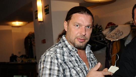 Petr Kolář je nerad sám, a tak se pravidelně schází s mladší kamarádkou.