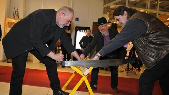 Ivo Šmoldas a Petr Dopita se chopili pily a udělali první řez.