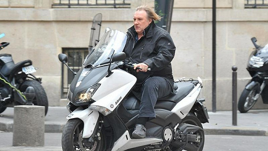 Gérard Depardieu si vyrazil na skútru pod vlivem.