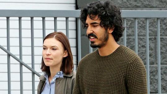 Dev Patel randí s mladinkou Australankou Tildou Cobham-Hervey.