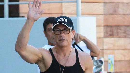 Jean Claude van Damme v kšiltovce a tílku se svými iniciálami