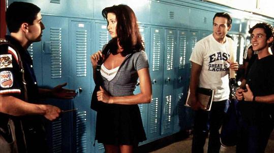 Shannon Elizabeth Fadal jako Nadia ve filmu Prci, prci, prcičky (1999). Na snímku zleva s Jasonem Biggsem, Chrisem Kleinem a Thomasem Ianem Nicholasem