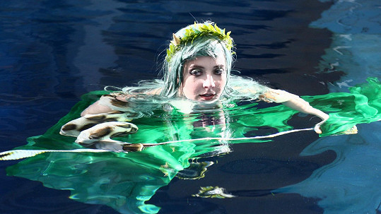 Anna Slováčková se fotila oblečená ve vodě.