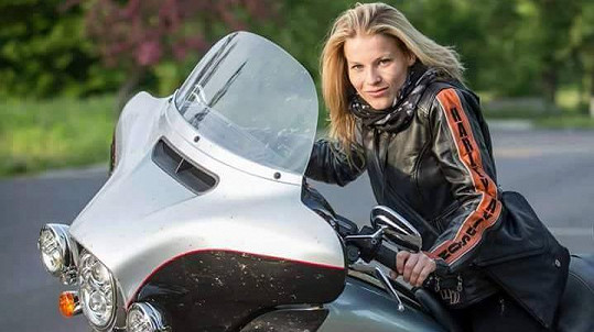 Michaela Gemrotová si vyjela na motorce.