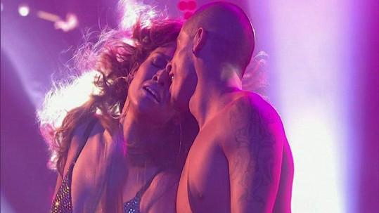 Jennifer Lopez se svým mladičkým tanečníkem umí předvést skvělou show.