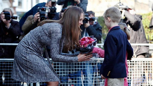 Kate dostala květiny od místních dětí.