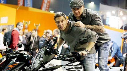 Martin Písařík dováděl s Josefem Šilerem, motocyklovým kaskadérem, instruktorem, testovacím jezdcem a také držitelem několika světových rekordů.