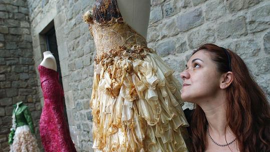 Návrhářka se svými modely z kondomů