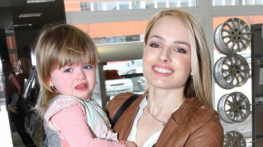 Dvouletá Natálka kladný vztah k fotografům po mamince nezdědila.
