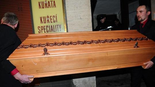 Poslední cesta Jiřiny Jiráskové z jejího bytu v Praze na Vinohradech.
