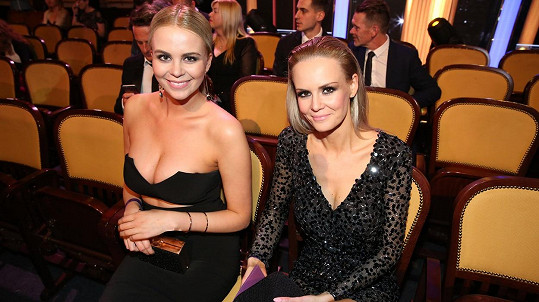 Lucie Hadašová a její sestra Kateřina (vlevo)