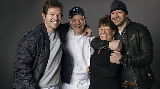 Bratři (zleva) Mark, Paul a Donnie Wahlbergovi s maminkou Almou