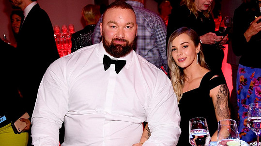 Hafþór Júlíus Björnsson s manželkou Kelsey Henson