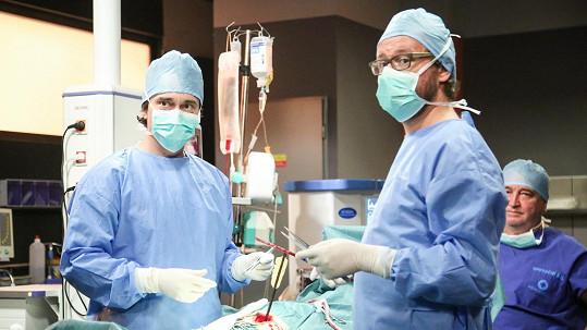 Roušky, které se před kamerou nevyužijí, jdou do nemocnice.