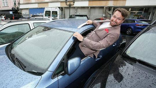 Pepa Vágner se soukal okýnkem do auta, když jiný řidič zaparkoval těsně vedle
