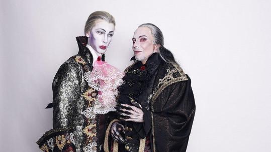 Laco Hudec Šubrt jako homosexuální upír Herbert. Na snímku s s Bohušem Matušem