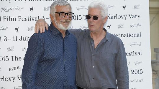 Jiří Bartoška přivítal Richarda Gera na karlovarském filmovém festivalu.