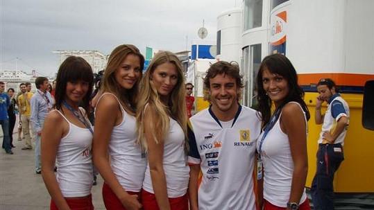 Fernando Alonso se vedle Michaely Štoudkové a Kateřiny Sokolové cítil jako v sedmém nebi.