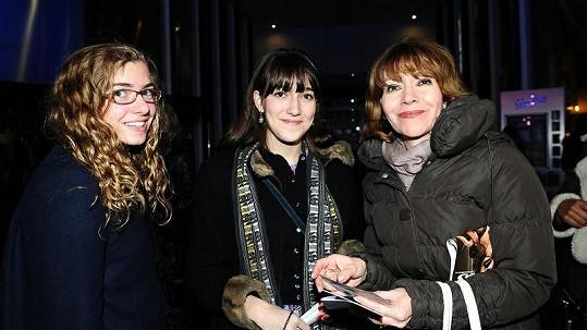 Michaela Dolinová s dcerou Terezou (uprostřed) a její kamarádkou.