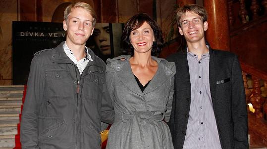 Ester Janečková se syny Krištofem a Cyrilem