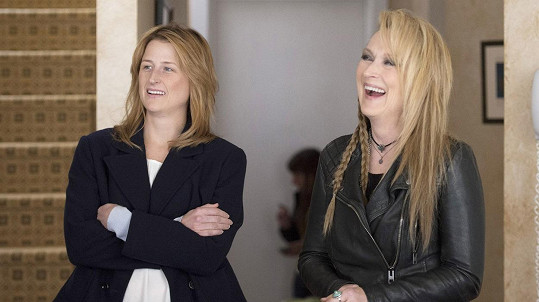 Meryl Streep ve filmu omládla, dcera Mamie vypadá spíše jako její sestra.