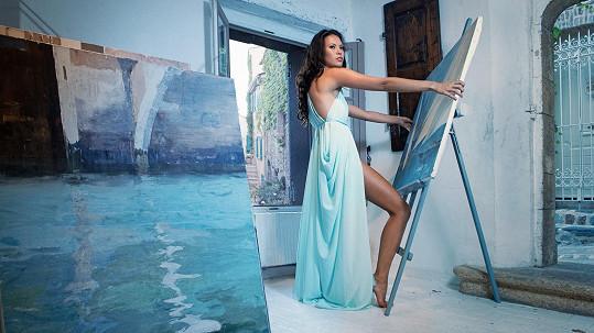 Monika Leová pózuje pro fotokolekci Esence.