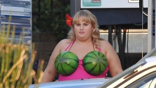 Rebel Wilson a její melounová podprsenka