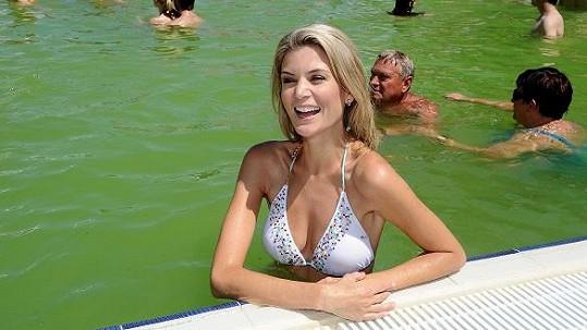 Iveta v bazénu.