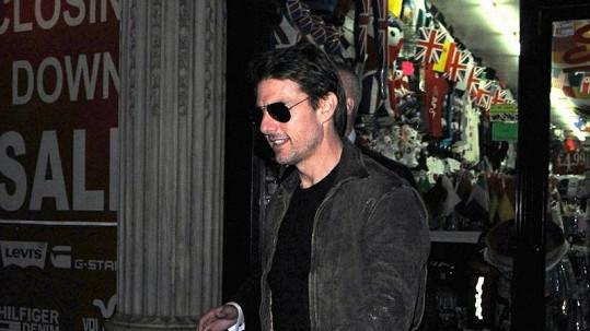 Tom Cruise míří do klubu Chinawhite, aby si poslechl hudbu svého syna.