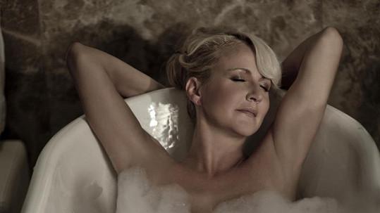 Vendula Svobodová si koupel umí užít.