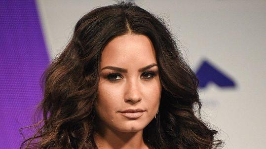 Demi Lovato zůstává nadále v nemocnici.