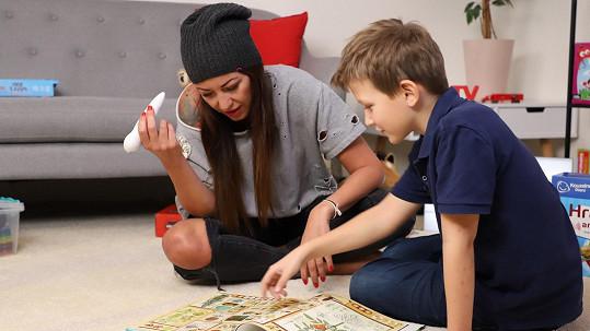 S devítiletým synem Kryšpínem se sama učí.