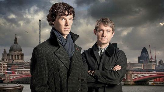 Benedict Cumberbatch jako Sherlock Holmes (vlevo) a Martin Freeman jako Watson
