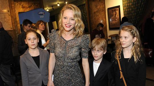 Linda Rybová s dětmi na premiéře nových Básníků