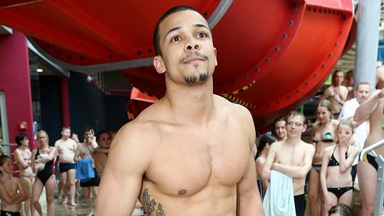 Ben Cristovao ukázal tělo s tetováním.