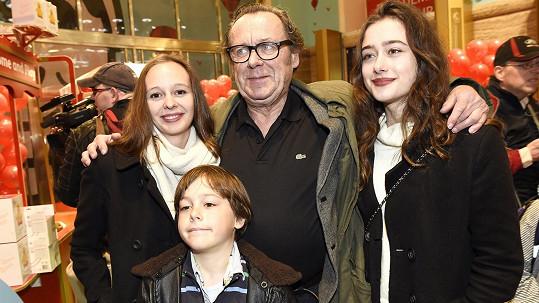 Oldřich Vízner s dcerami Viktorií (vlevo) a Anežkou a synem Františkem