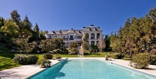 Rozsáhlá zahrada a bazén jsou součástí nemovitosti.