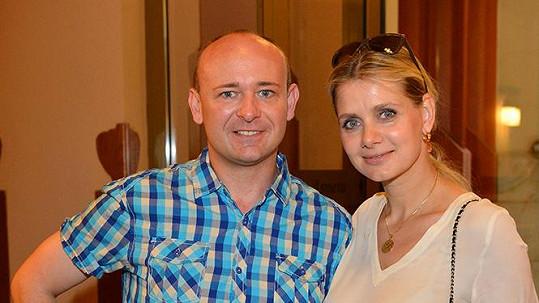 Lucie Koňaříková byla hnusně okradena. Na fotce s Davidem Novotným.