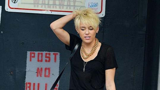 Miley se objeví ve známém sitcomu.