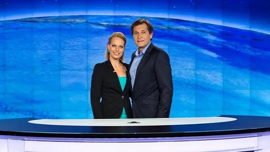 Martin Pouva moderuje Televizní noviny s Kristinou Kloubkovou.