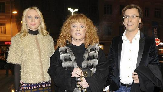 Kristina Orbakajte (vlevo) s maminkou Allou a jejím mužem Maximem Galkinem.
