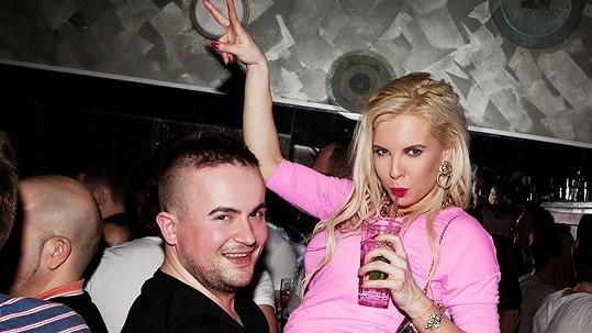 Katka na mejdanu v gay klubu